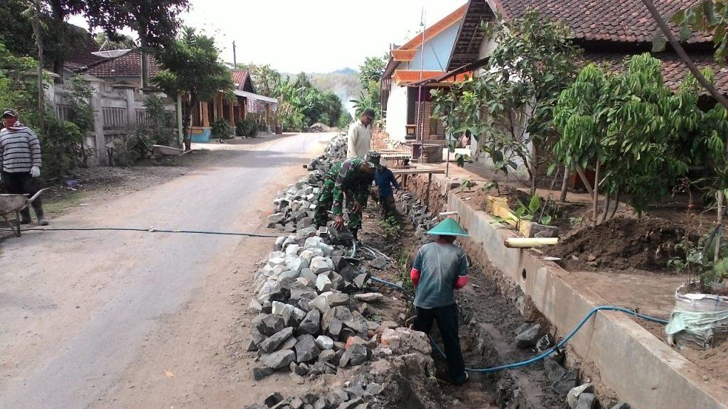 Wujudkan Lingkungan Bersih dan Sehat, Babinsa Dorong Bersihkan Selokan