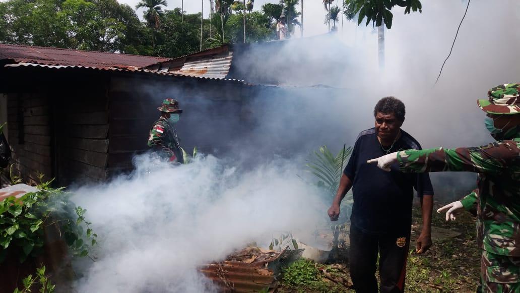 Cegah DBD,Satgas Yonif 725/WRG Fogging Kampung Workwana