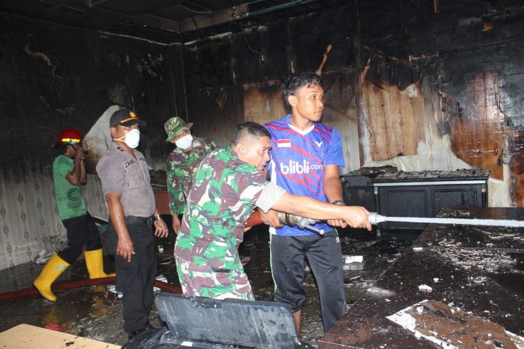 Puluhan Prajurit TNI Padamkan Kebakaran di Kantor Bappeda Nagan Raya
