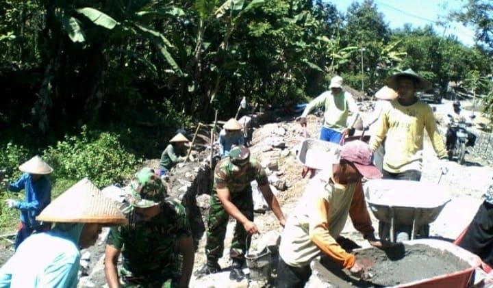 Wujud Kepedulian TNI, Babinsa Paron Bersama Warga Buat Talud Jalan Desa