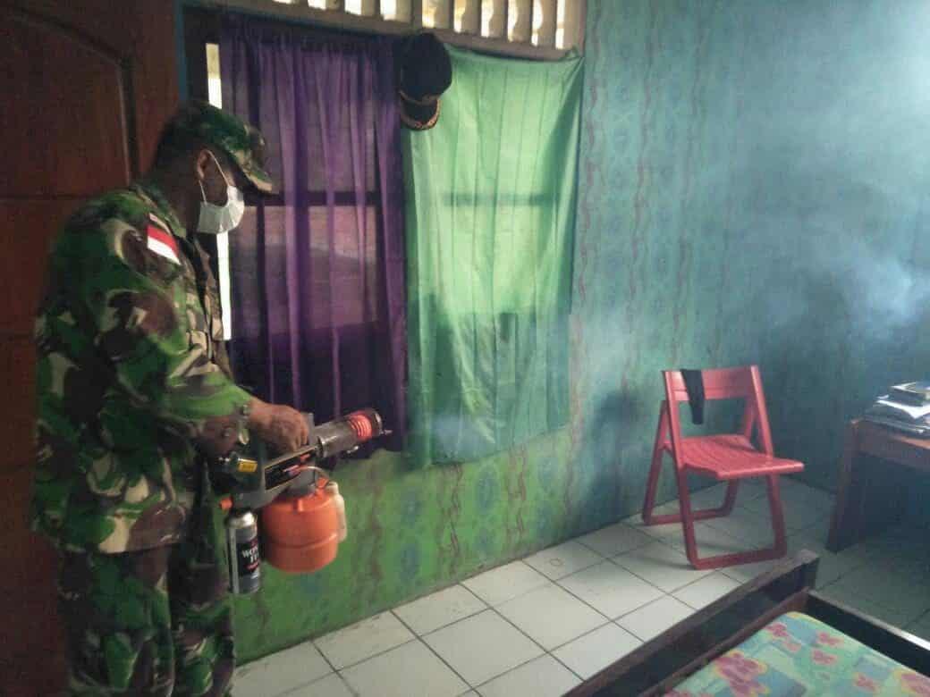 Cegah Malaria, Satgas Yonif Pr 328 Fogging Kampung Pitewi