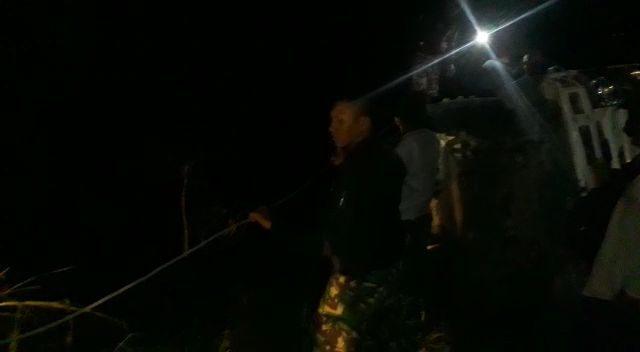 Terjerumus 7 Meter Di Sawah, Dump Truck Pasir Dievakuasi Satgas Yonmek 741