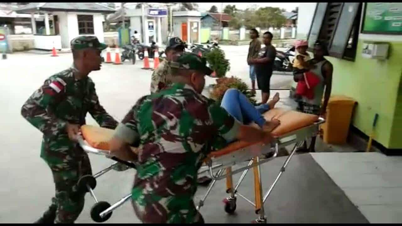 Satgas Yonif 328 Evakuasi Korban Kecelakaan Motor Di Keerom