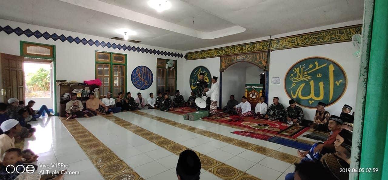 Dorong Warga Ibadah, Satgas Pamtas Yonif 521 Bantu Sarana Masjid Darussalam