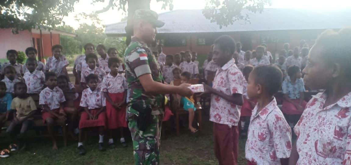 Bagi Kasih Satgas Yonif 521 Untuk Anak-anak Perbatasan Ri- Png