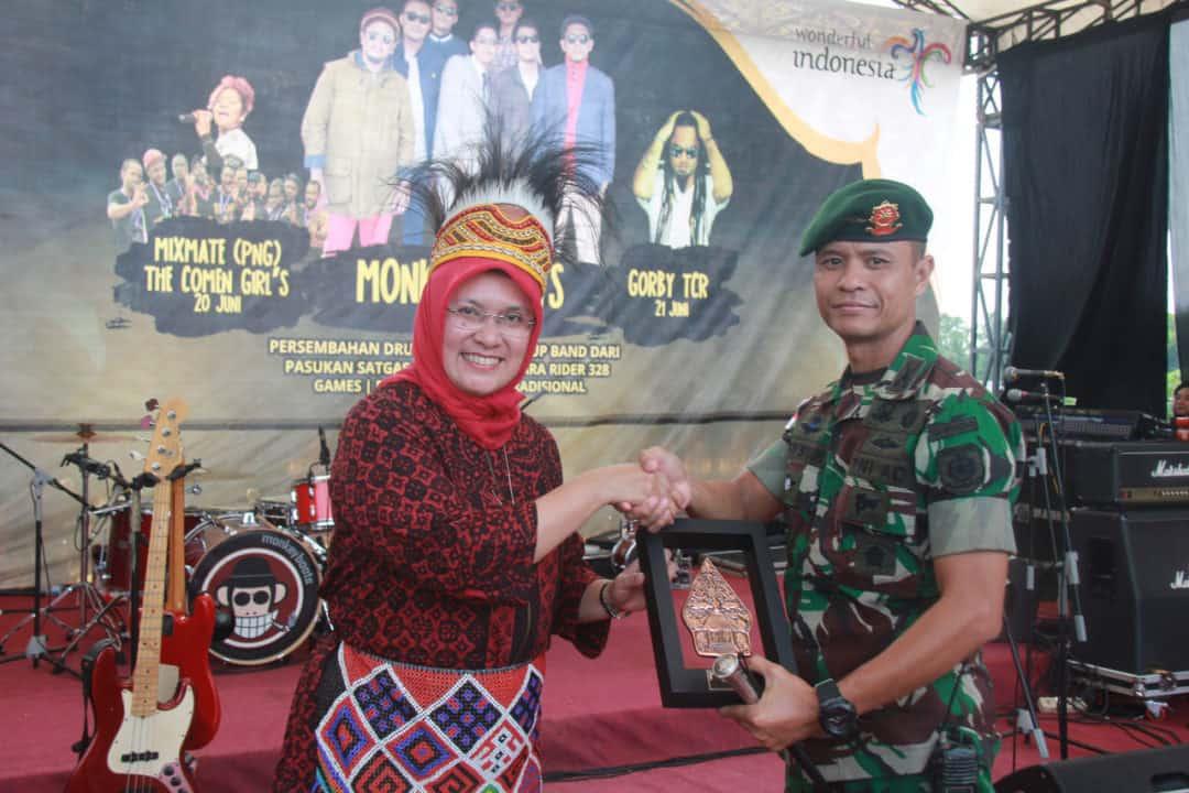 Berhasil Jaga Keamanan Skouw, Satgas Yonif Pr 328 Terima Penghargaan Kemenpar Ri