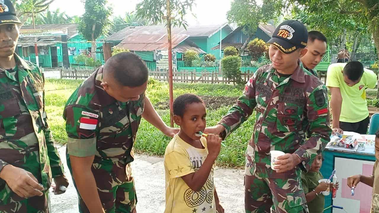 Tanamkan Hidup Sehat, Satgas Yonif 725 Ajarkan Anak-anak Perbatasan Rawat Gigi