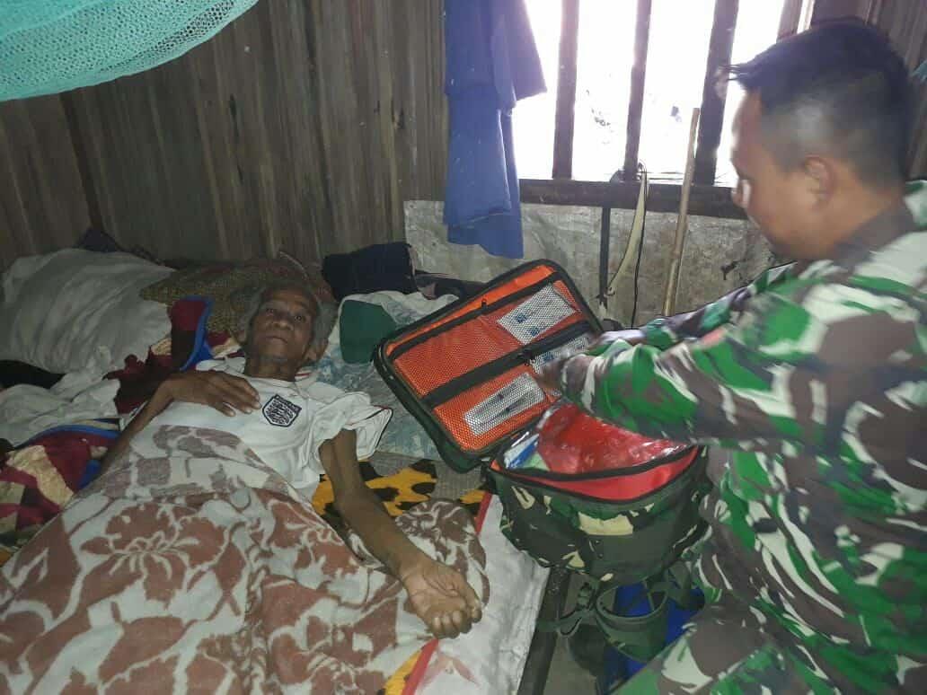 Tergeletak Lemah, Kakek Penderita Darah Tinggi  Diterapi Satgas Yonif 408