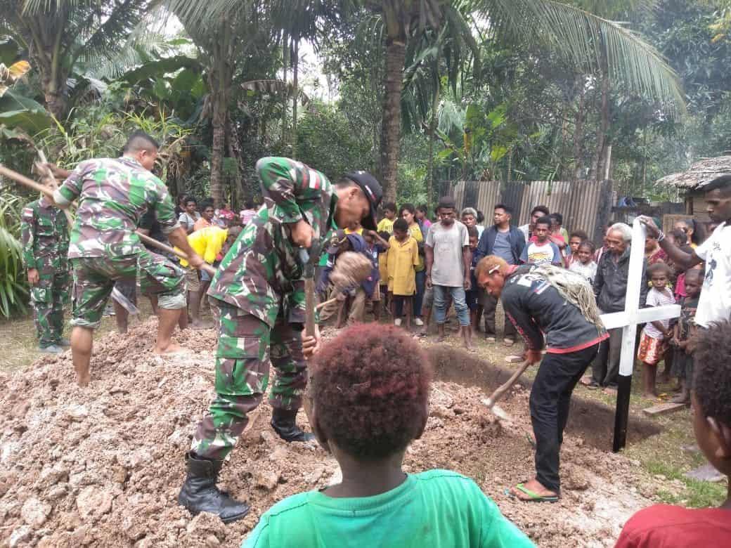 Manunggal Dengan Rakyat, Satgas Yonmek 521 Bantu Prosesi Pemakaman Warga