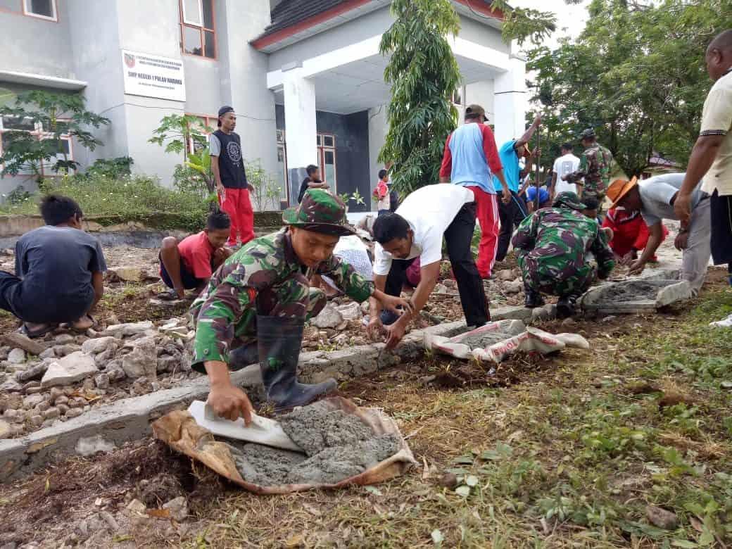 Peduli Anak Sekolah, Satgas Yonif Rk 136  Dan Warga Perbaiki Akses Jalan Di Pelauw