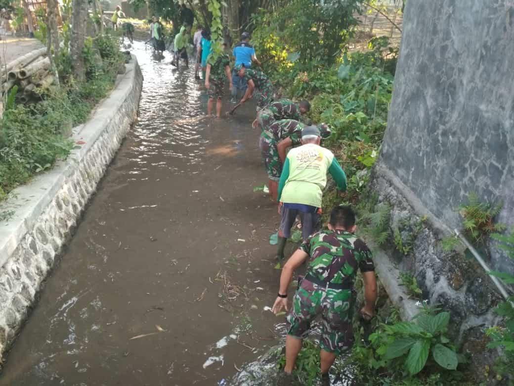 Peduli Lingkungan, Yonif 511 Dan Warga Bersihkan Endapan Sungai Klampok