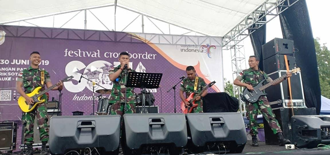 Band Macan Kumbang Dan Gemu Famire Satgas Yonmek 521 Hibur Pengunjung Crossborder Festival Ii