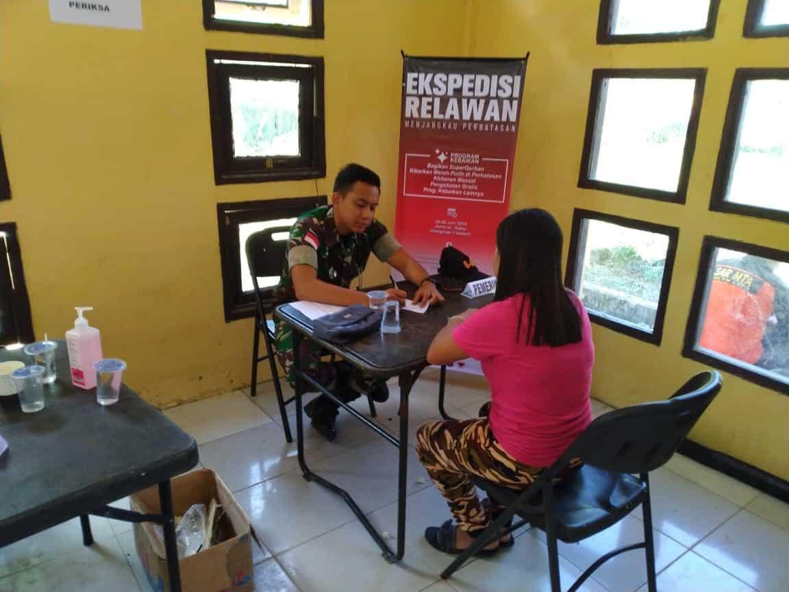 Ekspedisi Relawan Menjangkau Perbatasan, Satgas Yonif 643 Bantu Warga Kurang Mampu