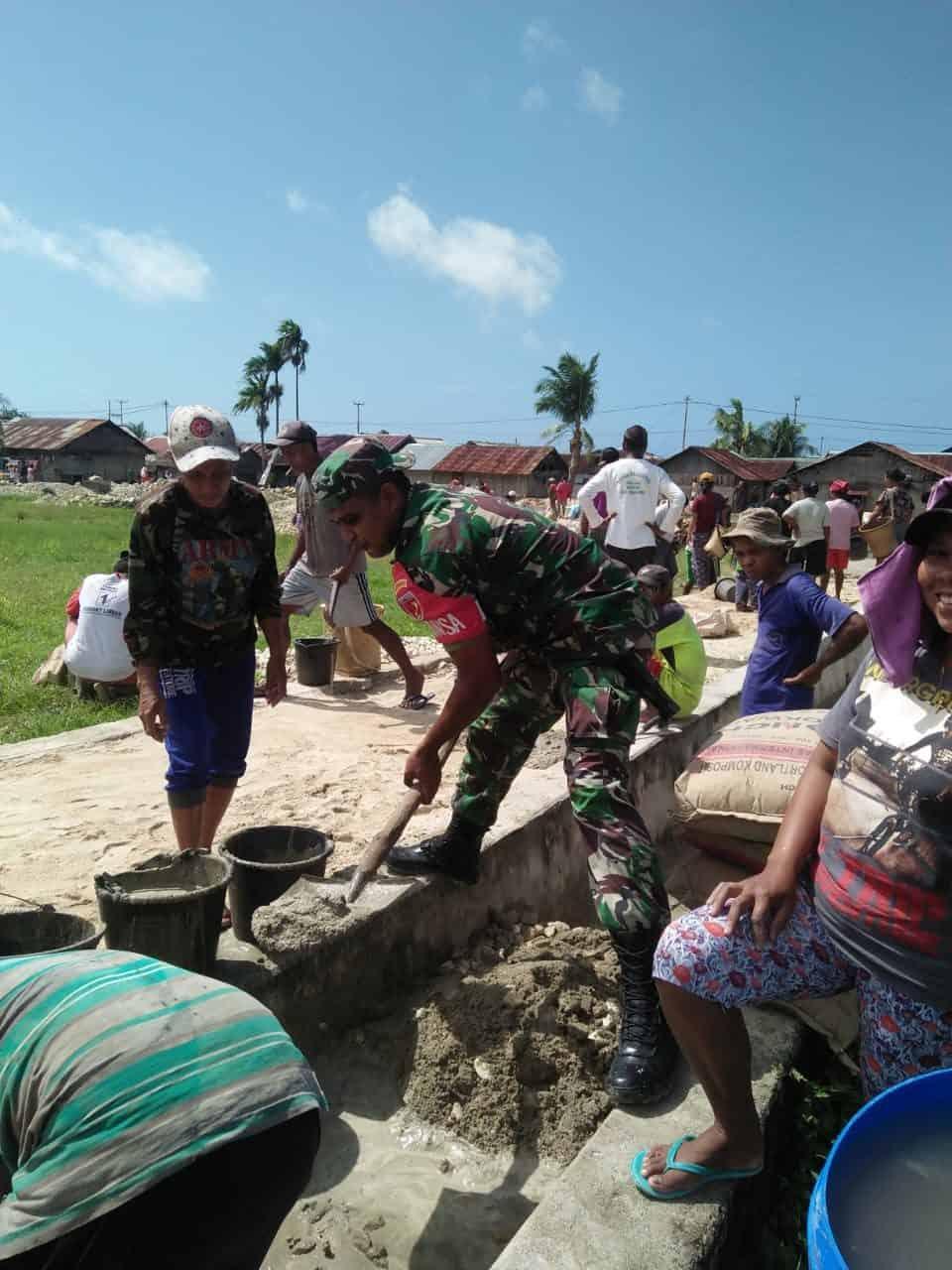 Jalin Kebersamaan, Babinsa Dan Warga Kerja Bakti Pengecoran Jalan Desa