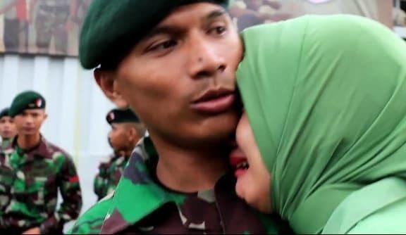 Tangis Haru Keluarga Antar Prajurit Yonif R 600 Bertugas di Perbatasan