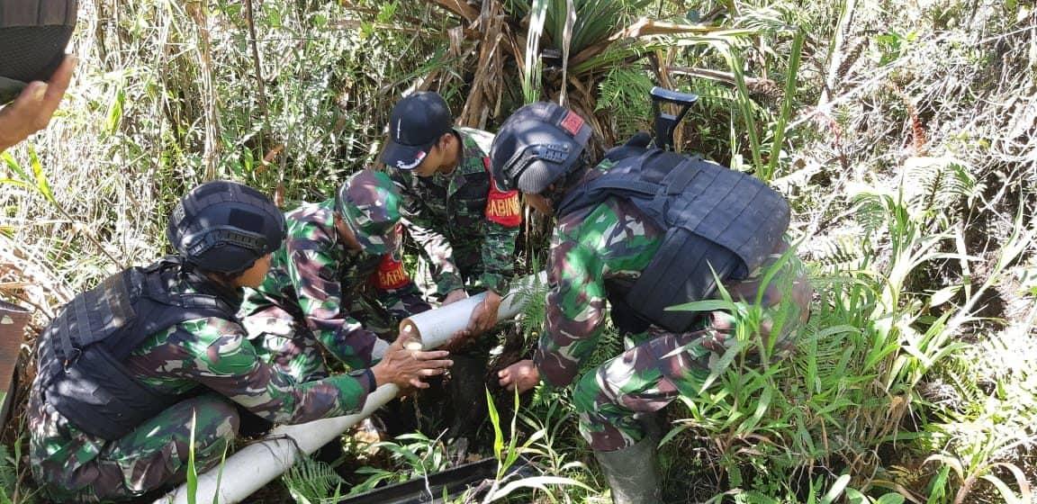 Atasi Kesulitan Air Bersih, Satgas Yonif 514 Perbaiki Saluran Air Di Kampung Gigobak 2