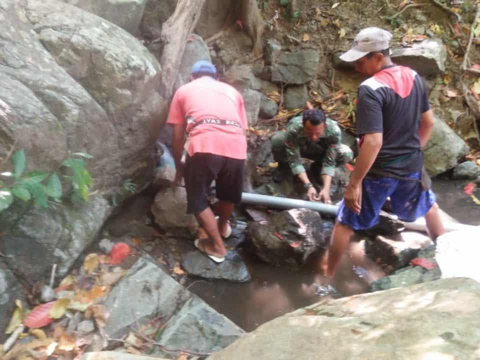 Atasi Krisis Air, Babinsa Semamung Gotong Royong Pasang Pipa Dari Mata Air