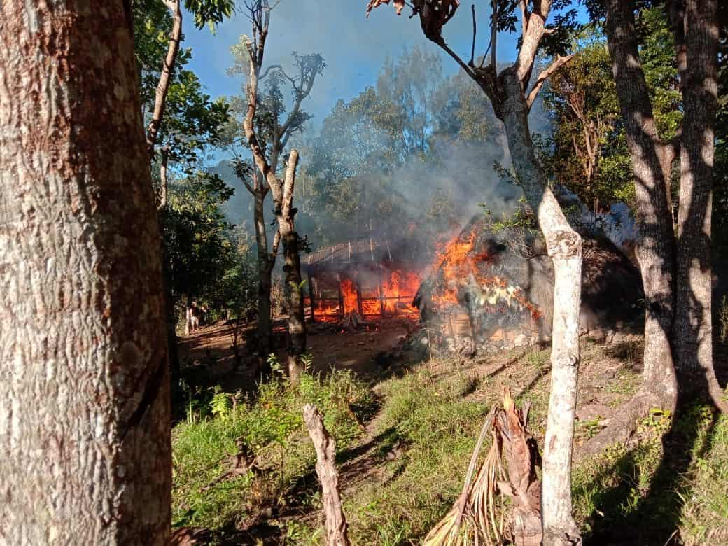 Hangus Terbakar, Satgas Yonif 741 Padamkan Api Di Rumah Elizabeth