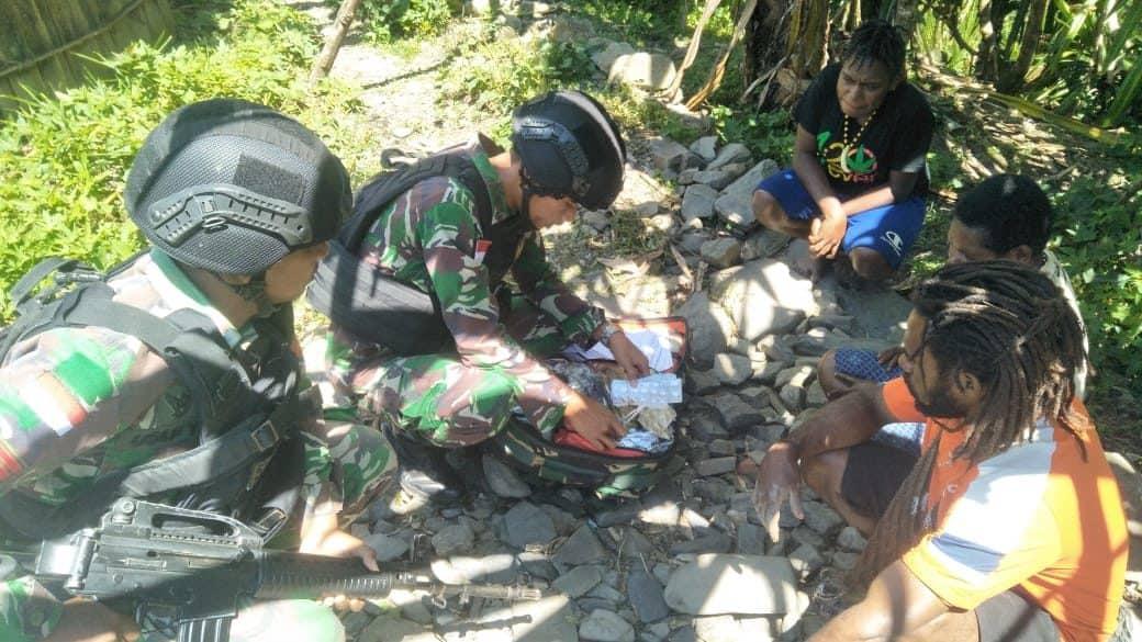 Pengobatan Keliling, Solusi Jaminan Kesehatan Satgas Yonif 514 Bagi Warga Puncak Jaya