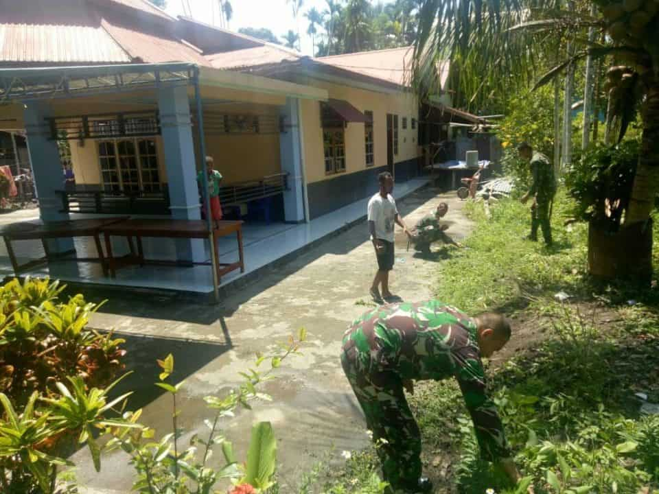 Peduli Kesehatan Masyarakat Di Perbatasan Ri-png, Satgas Yonif Pr 328 Bersama Warga Bersihkan Lingkungan