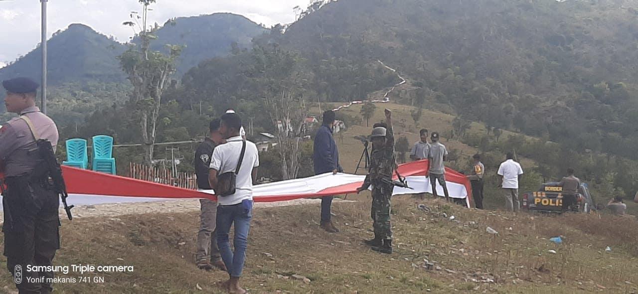 Simbol Persatuan Di Perbatasan Ri-rdtl, Satgas Yonmek 741 Dan Kommas Bentangkan Merah Putih Sejauh 1.773 Meter