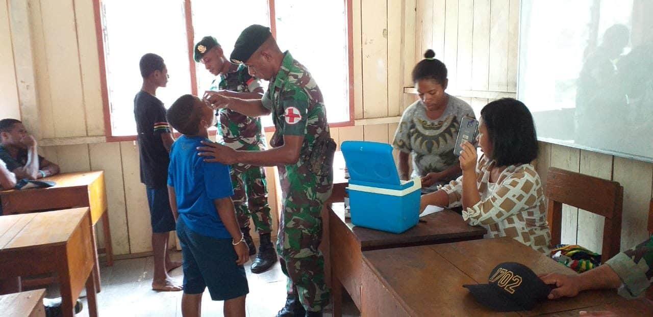 Vaksinasi Warga Benawa, Satgas Yonif 755/yalet Cegah Penyakit Cacingan Di Merauke