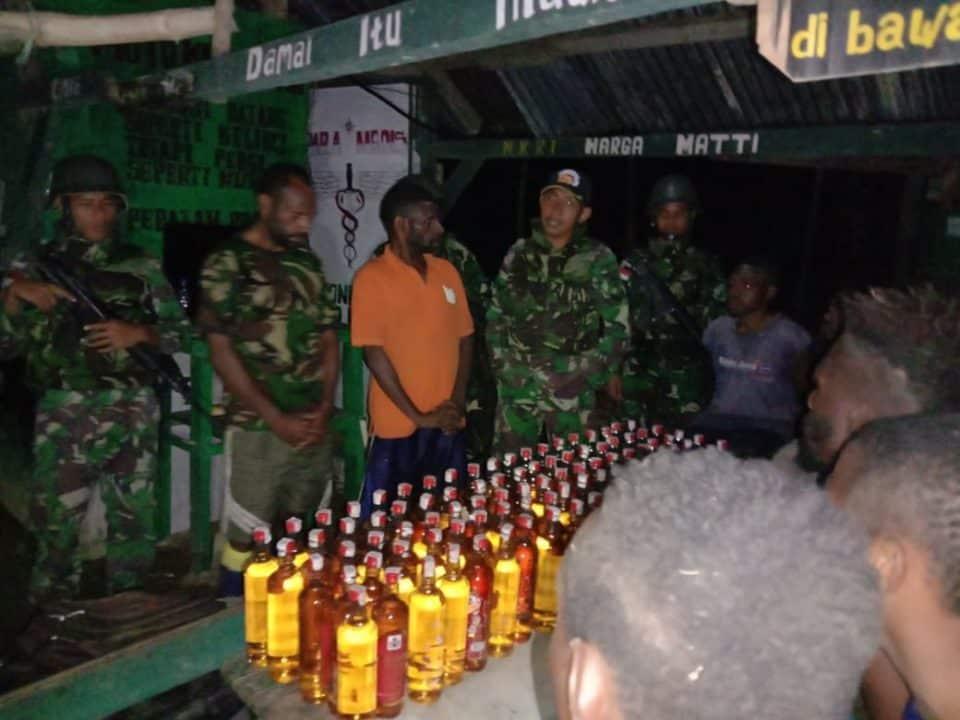 Akan Dijual Di Pegunungan Bintang, 101 Botol Miras Ilegal Berhasil Digagalkan Satgas Yonif 725/wrg*