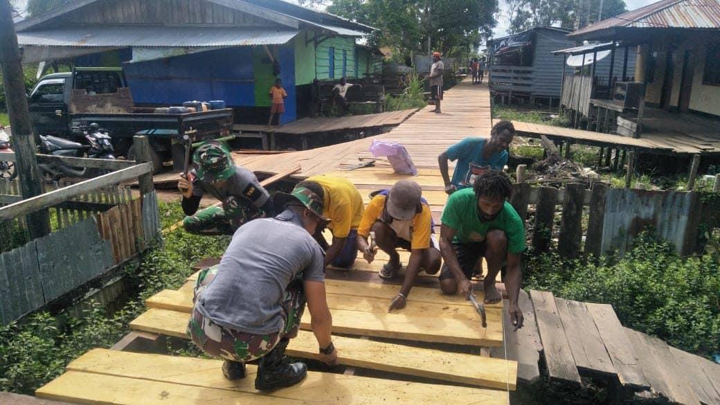 Perlancar Akses, Satgas Yonif 755/yalet Bangun Jembatan Papan Kampung Lumpur