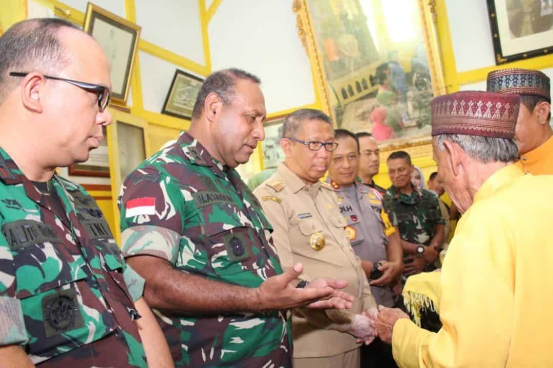 Pererat Silaturahmi Antar Komponen, Pangdam Xii/tpr Kunjungi Istana Alwatzikhoebillah