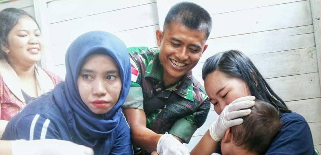 Minim Tenaga Medis, Satgas Yonif Raider 303 Layani Kesehatan Warga Kampung Batu Majang