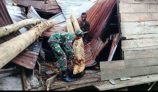 Hancur Ditimpa Pohon, Satgas Pr Yonif 328 Bersihkan Puing Rumah Martin