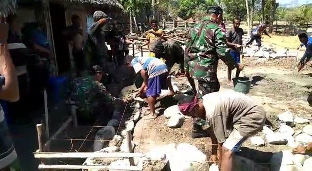 Peduli Warga, Satgas Pamtas Yonmek 741bantu Bangun Rumah King Jems