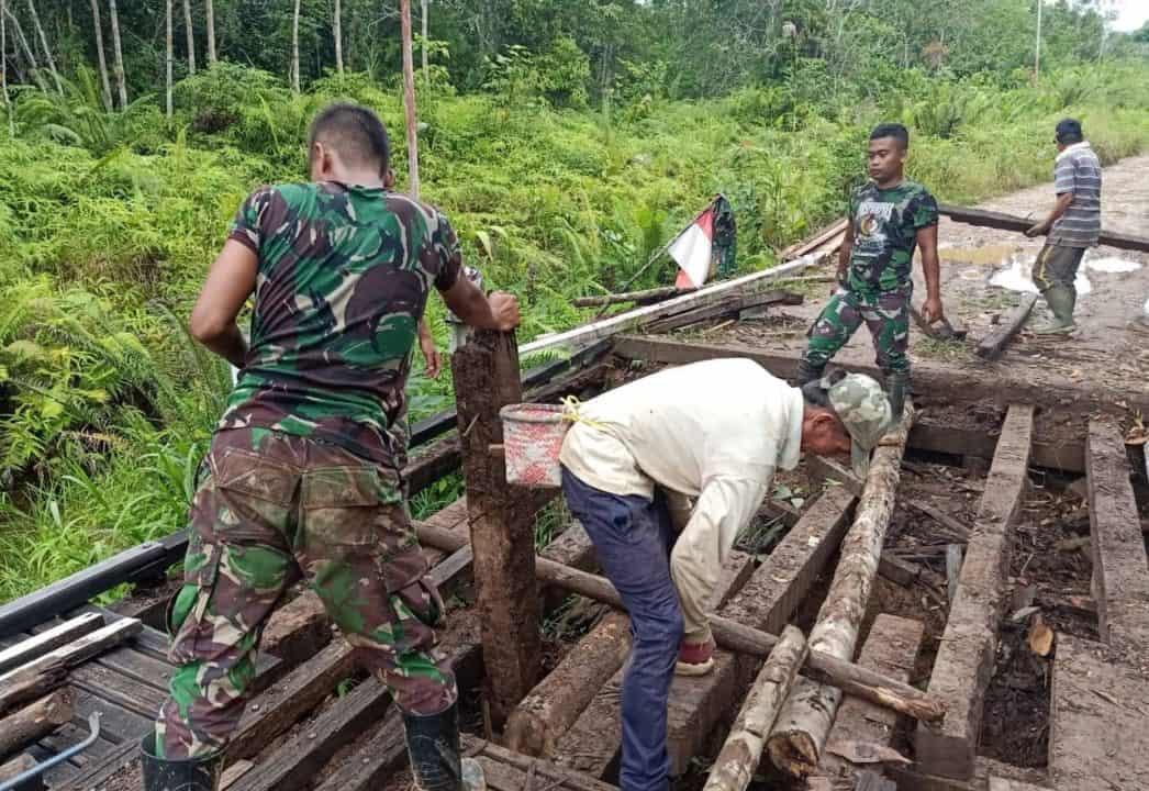 """Wujudkan Harapan Warga Kapuas Hulu, Satgas Pamtas Yonif 301 Perbaiki Jembatan """"jaung"""""""
