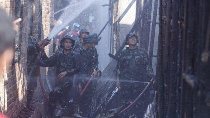 Dilalap Si Jago Merah, Prajurit Yonif 611/awl Sigap Padamkan Kebakaran Rumah Warga