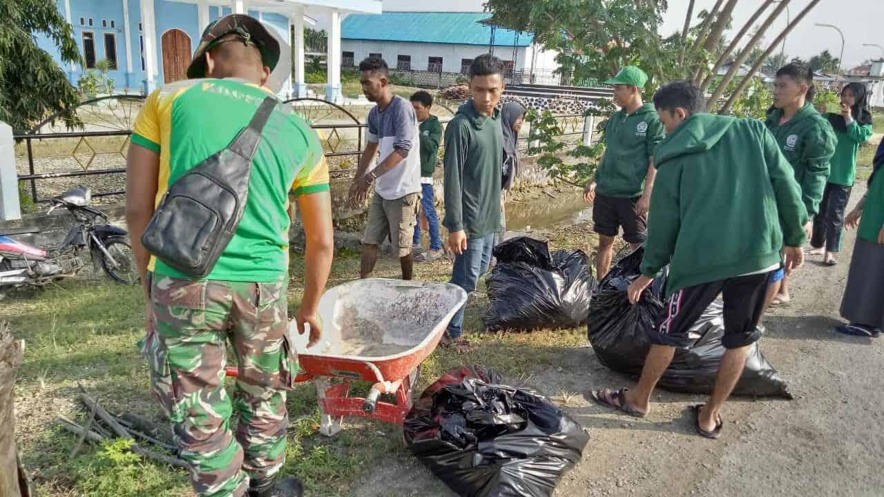 Wujudkan Lingkungan Sehat, Satgas Pamtas Yonif 328/dgh Bersihkan Kampung Sanggaria