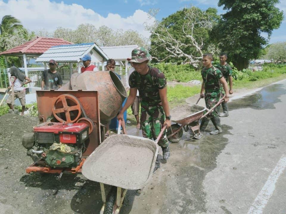 Bantu Warga Beribadah, Satgas Yonif Rk 136 Perbaiki Jalan Berkerikil Dan Licin Di Leamahu