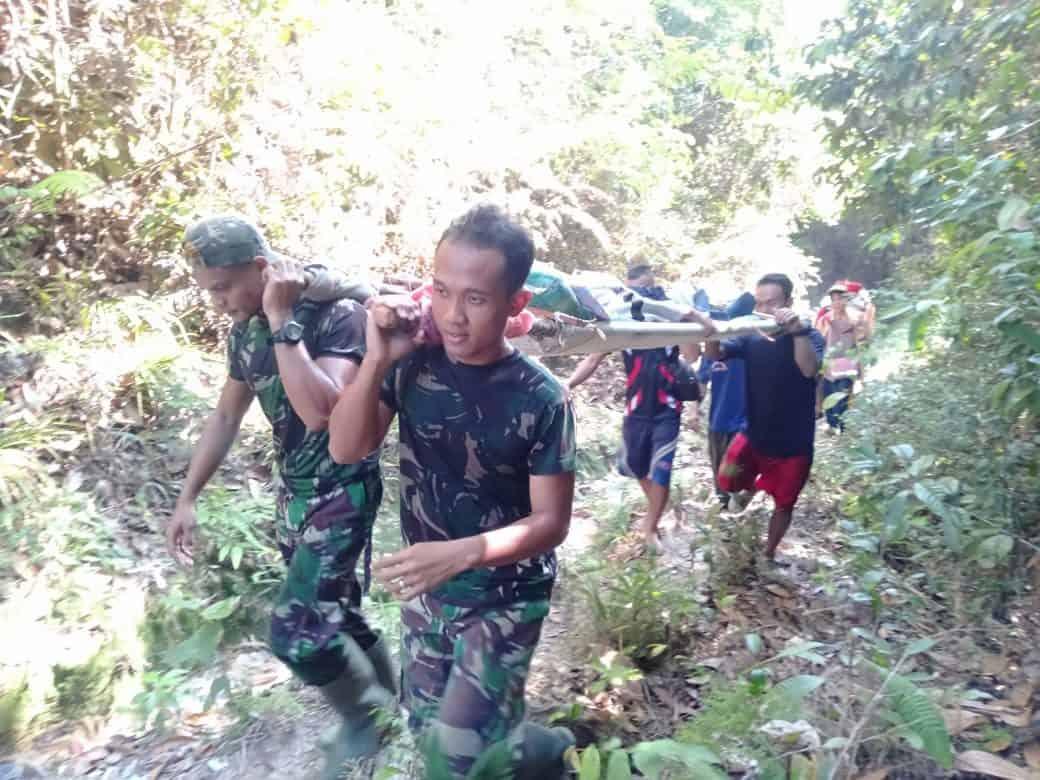 Peduli Kemanusiaan, Satgas Yonif R 301 Lintasi Medan Terjal Evakuasi Penderita Stroke