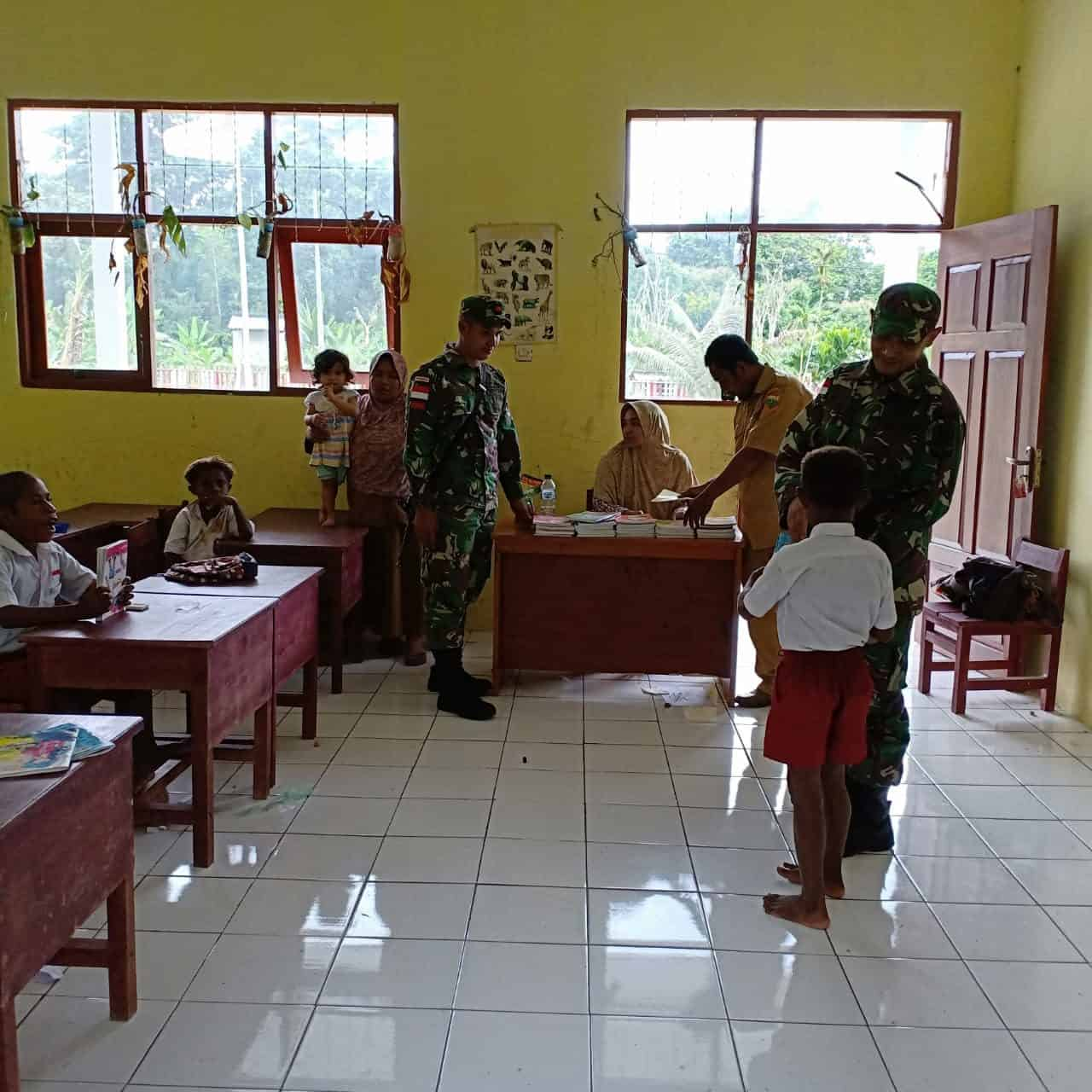 Bagikan 100 Buku Dan Alat Tulis, Satgas Yonif Pr 328 Motivasi Belajar Anak Di Perbatasan Ri-png
