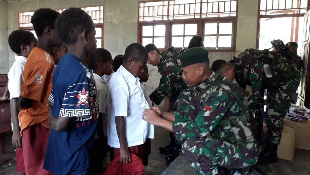 Bersekolah Seadanya, Satgas Yonif 755 Berikan Seragam Dan Tas Di Sd Distrik Obaa