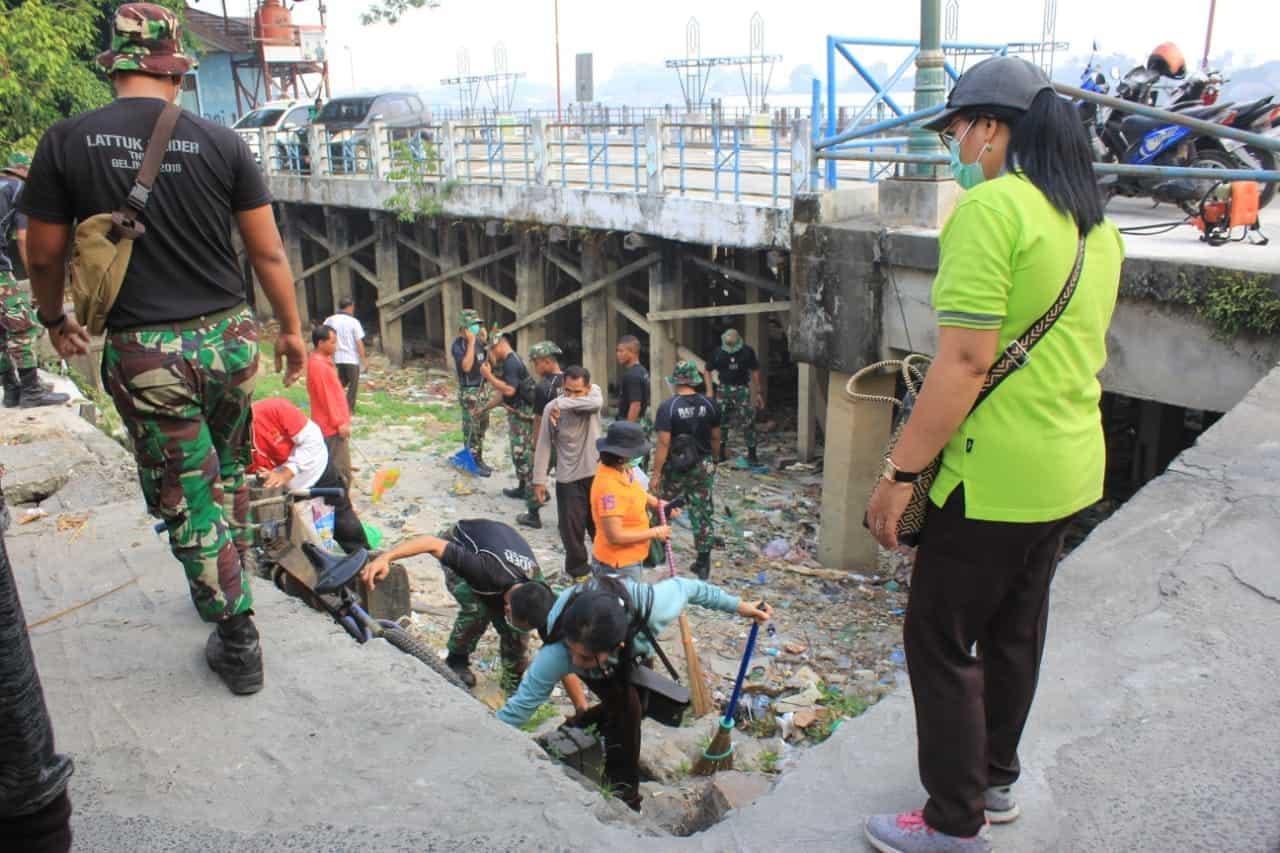 Wujud Peduli Lingkungan, Yonif 631 Gelar Karya Bakti Bersihkan Sampah Di Pelabuhan Palangkaraya