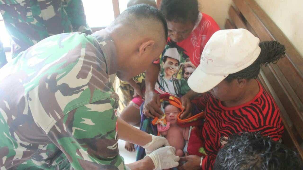 Lahir Prematur, Satgas Yonif Pr 328 Bantu Persalinan Bayi Dirgahayu Awom