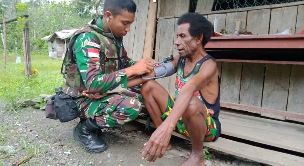 Door to door, Satgas Yonif 300/Bjw Beri Pelayanan Kesehatan di Desa Ampas