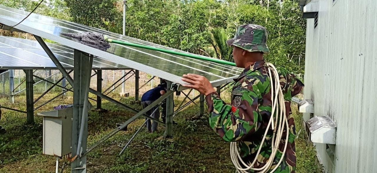 Setelah 4 Tahun Plts Rusak, Satgas Yonif 301 Terangi Kembali Malam Dusun Klawik