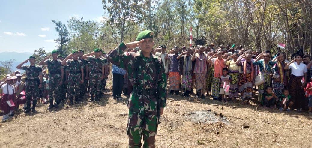 Sambut Hut Ke-74 Ri, Warga Dan Satgas Yonmek 741 Kibarkan Bendera Merah Putih Di Bukit Nainaban