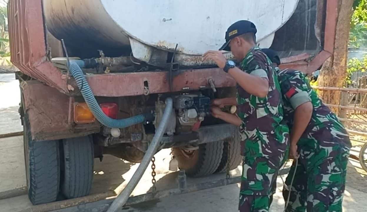 Atasi Kesulitan Air, Satgas Yonif Raider 408/Sbh Berikan Bantuan Air Warga Perbatasan