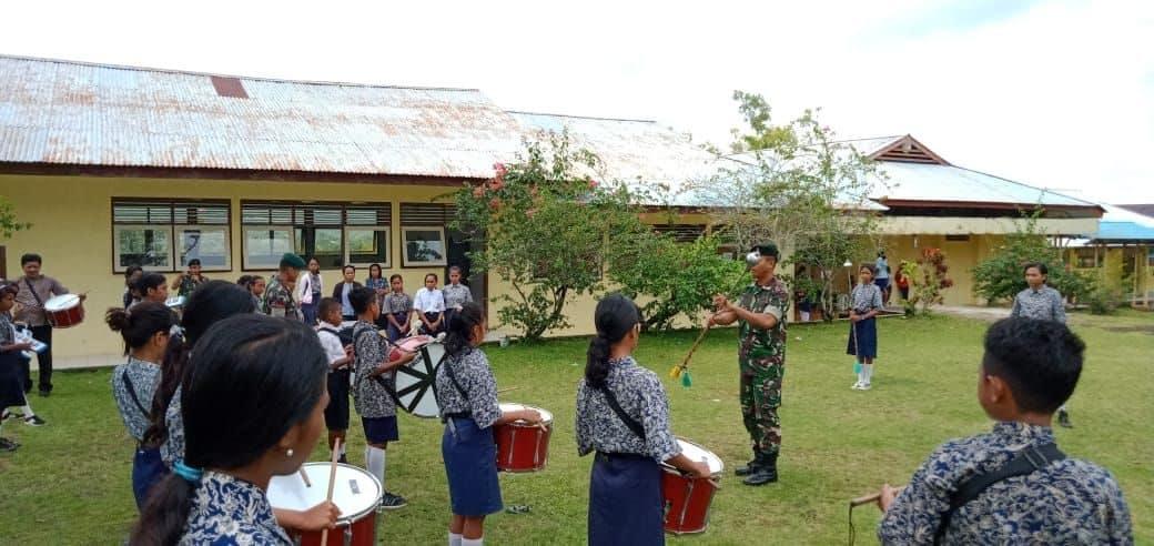 Meriahkan Peringatan HUT Kemerdekaan, Satgas Yonif RK 136 Latihkan Drumband Pelajar Saparua