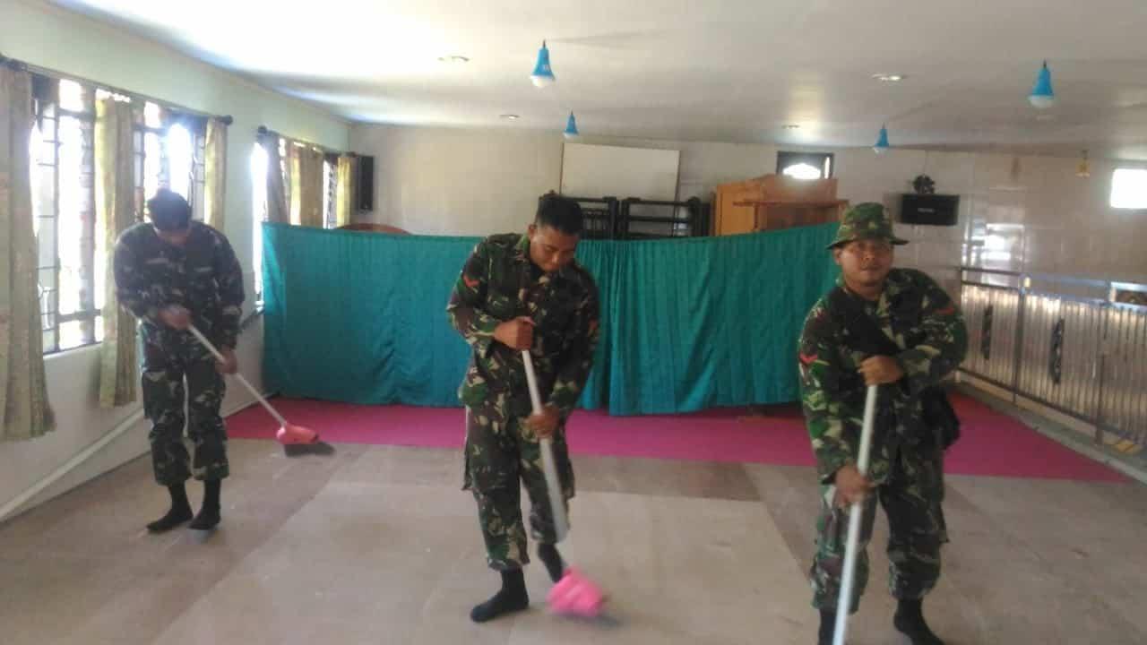 Pupuk Kebersamaan dan Toleransi, Satgas Yonif 514 Bersihkan Masjid di Puncak Jaya