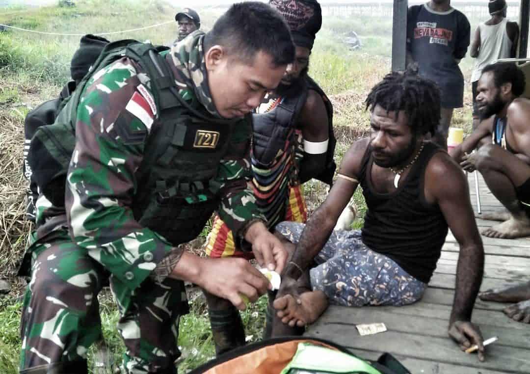 Layani Kesehatan Door to Door, Satgas Yonif 721 Peduli Kesmas di Puncak Jaya