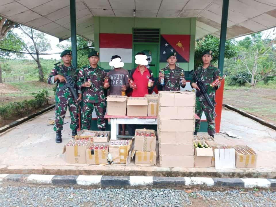 Pemeriksaan Rutin Satgas Pamtas Yonif 411 Gagalkan Penyelundupan Ratusan Botol Miras