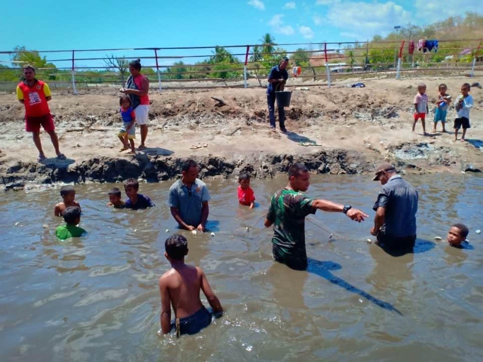 Desa Silawan Rasakan Manfaat Budi Daya Bandeng Bersama Satgas Yonif 408